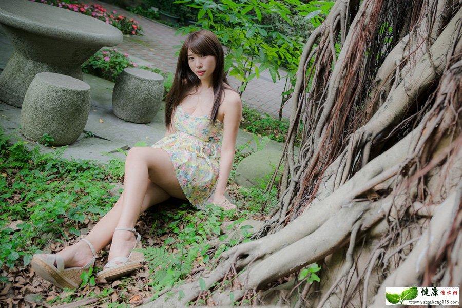 阴雨天气前夕的碎花裙美女(2)